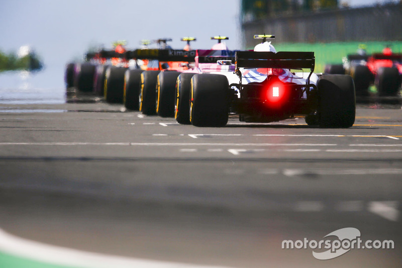 Sergey Sirotkin, Williams FW41, takes his position on the grid along with the rest of the field prior to the start