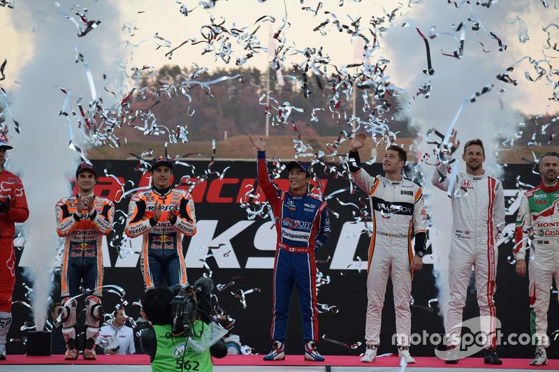 Участники Honda Racing Thanks Day прощаются с болельщиками