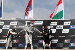 Podium: Racewinnaar Dusan Borkovic, Target Competition Hyundai i30 N TCR, tweede plaats Jean-Karl Vernay, Leopard Lukoil Team Audi RS3 LMS TCR, derde plaats Dániel Nagy, M1RA Hyundai i30 N TCR