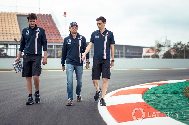Sergio Perez, Force India, cammina lungo il circuito