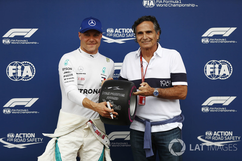 Le poleman Valtteri Bottas, Mercedes AMG F1, pose avec Nelson Piquet et le Pirelli pole position award