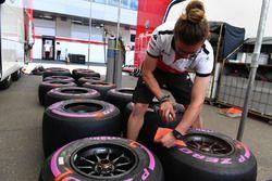 Sauber mechanic marks Pirelli tyres