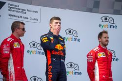 Kimi Raikkonen, Ferrari, Max Verstappen, Red Bull Racing e Sebastian Vettel, Ferrari, festeggiano sul podio