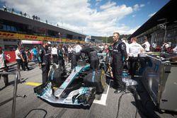 Engineers on the grid with Valtteri Bottas, Mercedes AMG F1 W09