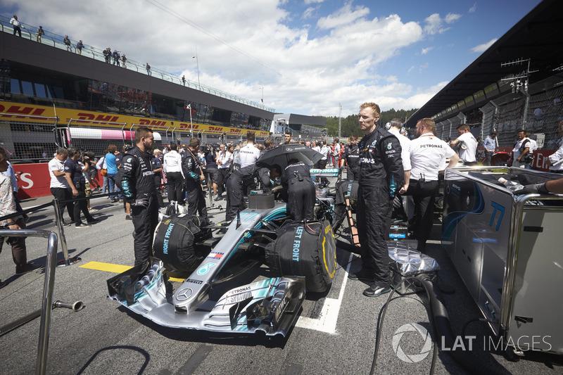 Ingenieros con el coche de Valtteri Bottas, Mercedes AMG F1 W09