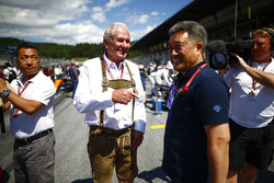 Helmut Markko, Consultant, Red Bull Racing, with Masashi Yamamoto, General Manager, Honda Motorsport