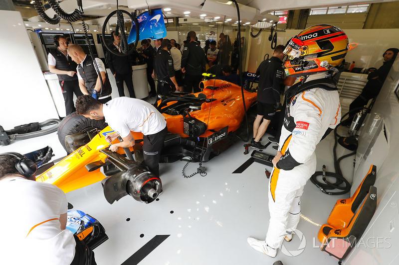 Stoffel Vandoorne, McLaren, à côté de sa voiture