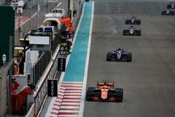 Stoffel Vandoorne, McLaren MCL32, devant Pierre Gasly, Toro Rosso STR12