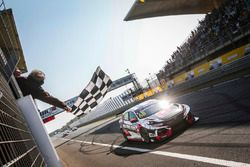 Yarışın kazananı Yann Ehrlacher, ALL-INKL.COM Münnich Motorsport Honda Civic Type R TCR