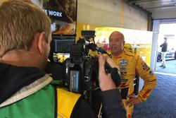 Tom Coronel in de pitbox met camera RTL
