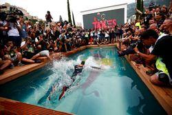 Daniel Ricciardo, Red Bull Racing, se zambulle en la piscina de la estación Red Bull Energy