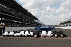 Team Penske Chevrolet team kisses the bricks
