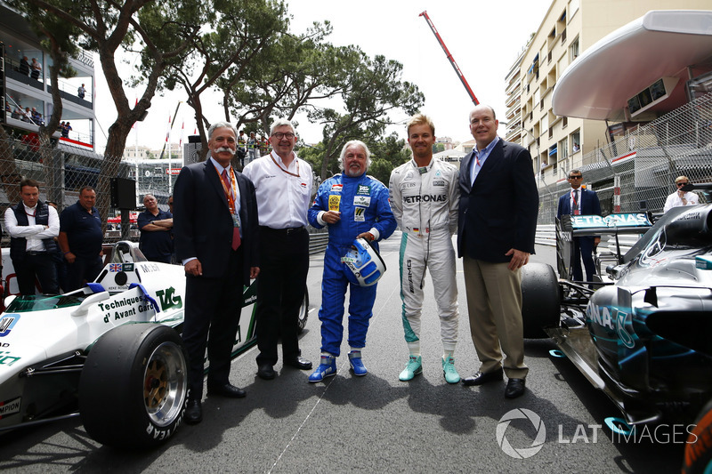 Chase Carey, voorzitter Formule 1, Ross Brawn, Managing Director of Motorsports, FOM, Keke Rosberg, Nico Rosberg en Prins Albert met de 1982 Williams FW08 Cosworth en 2016 Mercedes W07