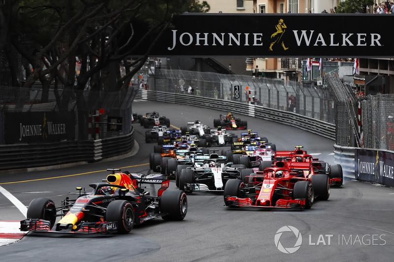 Daniel Ricciardo, Red Bull Racing RB14, leads Sebastian Vettel, Ferrari SF71H, Lewis Hamilton, Mercedes AMG F1 W09, Kimi Raikkonen, Ferrari SF71H and Valtteri Bottas, Mercedes AMG F1 W09 at the start