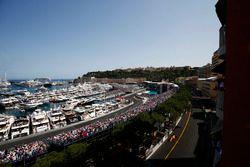 Fernando Alonso, McLaren MCL33, devant Sergio Perez, Force India VJM11