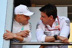 Valtteri Bottas, Mercedes-AMG F1 et Toto Wolff, directeur de Mercedes AMG F1