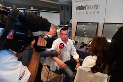 Eric Boullier, McLaren Racing Director y Johnny Herbert, Sky TV