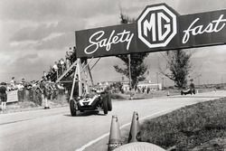 Jack Brabham, Cooper T51-Climax, devant Bruce McLaren, Cooper T45-Climax