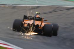 Las chispas vuelan desde el coche de Stoffel Vandoorne, McLaren MCL33 Renault