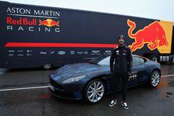 Daniel Ricciardo, Red Bull Racing pose à côté d'une Aston Martin DB11