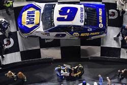 Chase Elliott, Hendrick Motorsports Chevrolet Camaro festeggia in victory lane