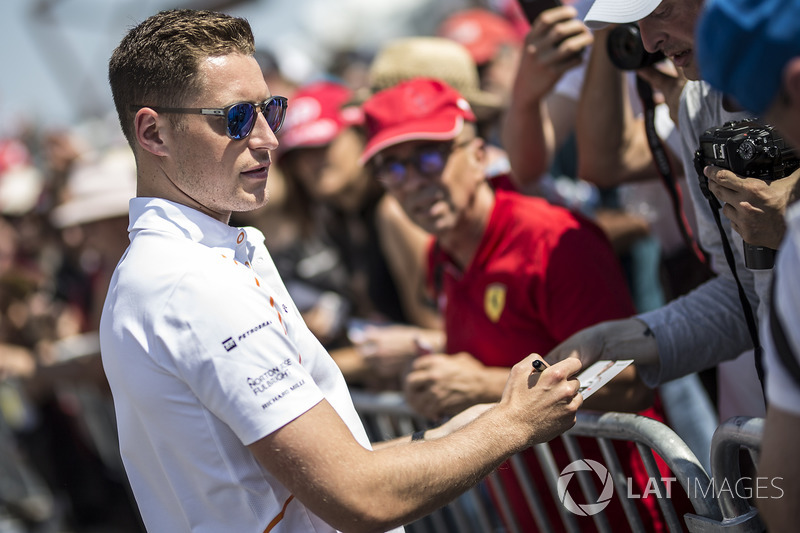 Stoffel Vandoorne, McLaren signs autographs for the fans