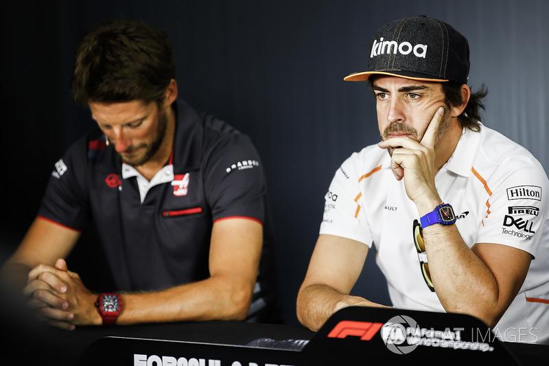 Romain Grosjean, Haas F1 Team, and Fernando Alonso, McLaren, mengikuti konferensi pers