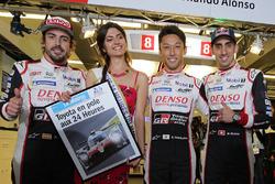 Polesitters Sébastien Buemi, Kazuki Nakajima, Fernando Alonso, Toyota Gazoo Racing with Miss 24 Heures du Mans