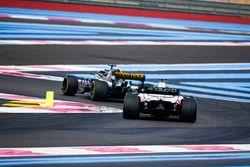 Nico Hulkenberg, Renault Sport F1 Team R.S. 18, voor Romain Grosjean, Haas F1 Team VF-18