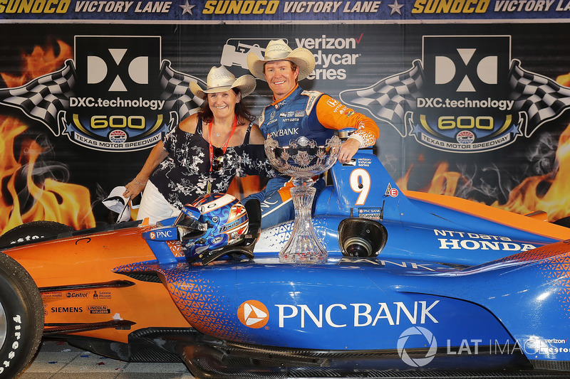 Scott Dixon, Chip Ganassi Racing Honda celebrates in victory lane with his mother Glenys