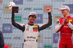Sur le podium : le vainqueur Ralf Aron, PREMA Theodore Racing Dallara F317 - Mercedes-Benz, le deuxième, Enaam Ahmed, Hitech Bullfrog GP Dallara F317 - Mercedes-Benz