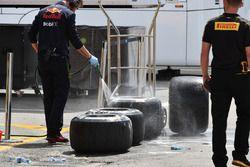 Meccanici Red Bull Racing lavano degli pneumatici Pirelli