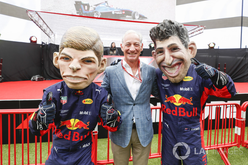 Greg Maffei, Chief Executive Officer, Liberty Media, con le caricature di Max Verstappen, Red Bull Racing, e Daniel Ricciardo, Red Bull Racing
