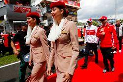 Kimi Raikkonen, Ferrari, talks to Marcus Ericsson, Sauber