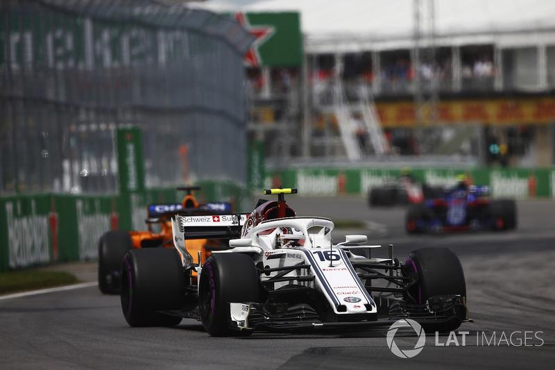 Charles Leclerc, Sauber C37, devant Fernando Alonso, McLaren MCL33