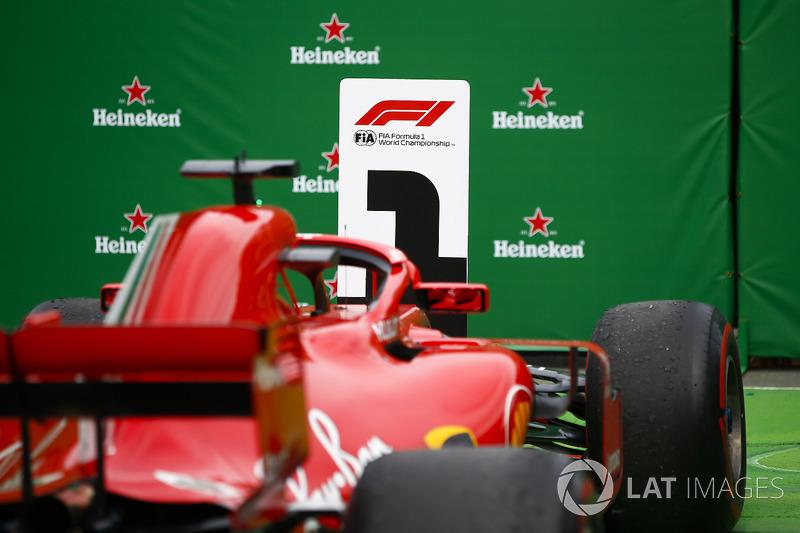 La monoposto di Sebastian Vettel, Ferrari SF71H, 1° classificato, sotto il podio