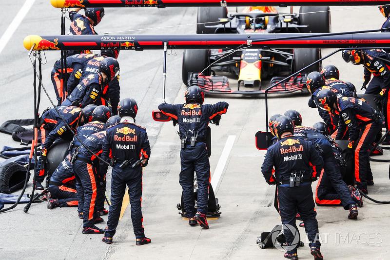 Daniel Ricciardo, Red Bull Racing RB14, rientra per un pit stop