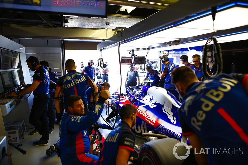 Mechanics Toro Rosso menangani mobil Brendon Hartley