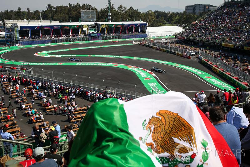 Fans in the grandstand observe Valtteri Bottas, Mercedes-Benz F1 W08