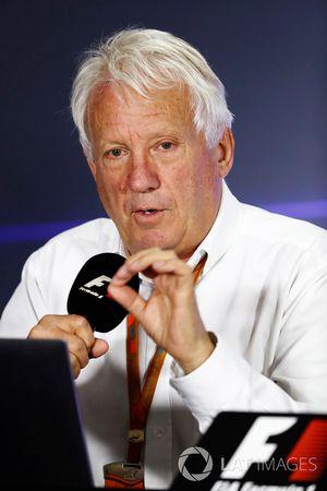 Charlie Whiting, Director de carrera de la FIA en una conferencia de prensa para explicar las decisi