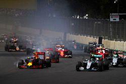 Старт гонки: Нико Росберг, Mercedes F1 W07 Hybrid, Макс Ферстаппен, Red Bull Racing RB12 TAG Heuer, Нико Хюлькенберг, Force India VJM09 Mercedes, Даниэль Риккардо, Red Bull Racing RB12 TAG Heuer, и Кими Райкконен, Ferrari SF16-H