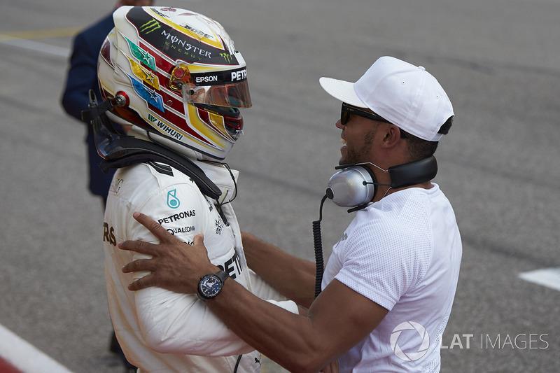 Lewis Hamilton comemora pole do GP dos EUA de 2017 com Nicolas Hamilton