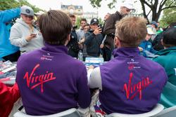 Alex Lynn, DS Virgin Racing, Sam Bird, DS Virgin Racing, imza dağıtıyor