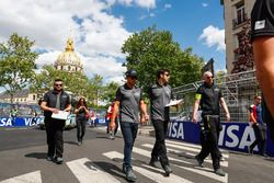 Mitch Evans, Jaguar Racing, fait le tour du circuit à pied