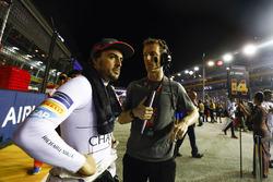 Fernando Alonso, McLaren, spricht mt seinem Renningenieur