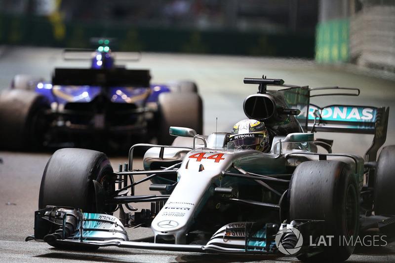 Lewis Hamilton, Mercedes AMG F1 W08 supera la monoposto incidentata di Marcus Ericsson, Sauber C36 viene recuperata