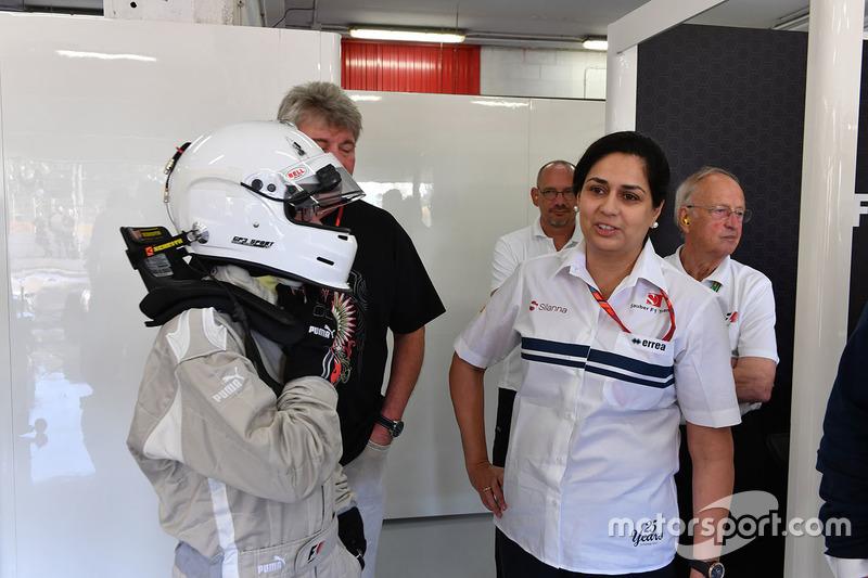 Руководитель Sauber Мониша Кальтенборн, Патрик Фризахер и пассажир двухместного автомобиля F1 Experiences