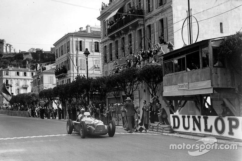 Juan Manuel Fangio igualou o feito de Farina em Mônaco.
