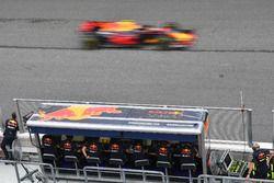 Max Verstappen, Red Bull Racing RB13 passeert het Red Bull Racing team bij de finish