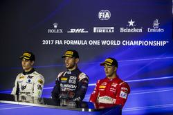 Segundo lugar Sergio Sette Camara, MP Motorsport, ganador de la carrera Luca Ghiotto, RUSSIAN TIME, tercero Antonio Fuoco, PREMA Powerteam en la conferencia